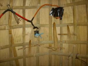 suara yang dihasilkan mirip suara kendang, cara memainkan dengan cara dipetik pada bagian tiga bilah bambunya